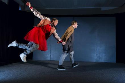 Familjelördag: Sabelles röda klänning – att hitta sin plats – Teater Fredag